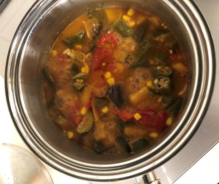 えびとおくらのトマトシチューを調理中
