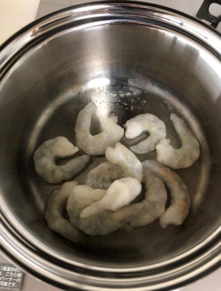 凍ったままのエビを鍋にいれます