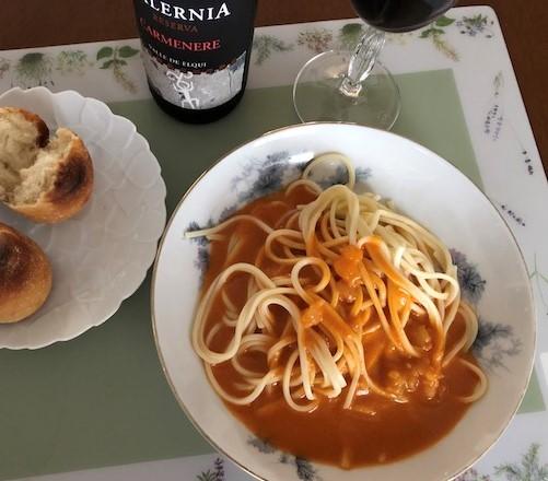 オマール海老のトマトクリームパスタとパンと赤ワイン