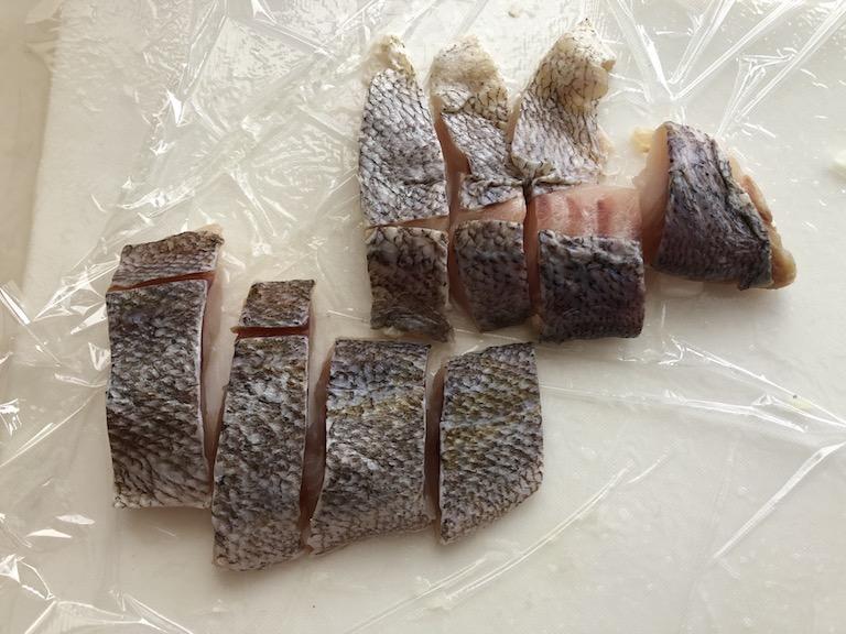 魚の下ごしらえ めばるの水気を拭いて、4等分に切って塩コショウ小麦粉をふる