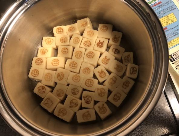 アンパンマンのこうや豆腐を味だしで調理中
