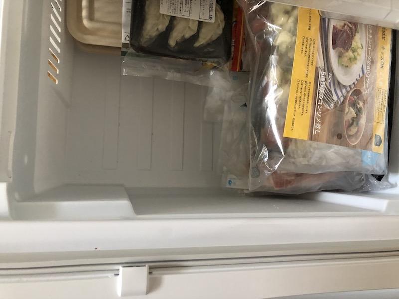 おためし割4食を冷凍庫に保管します
