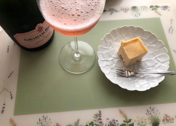 ロゼスパークリングワインとクリームチーズケーキ